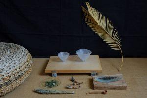 Gong fu čajni set, ulivano steklo – avtorsko delo, ki je nastalo v sklopu Dašine diplomske naloge z naslovom Iskanje intime v skodelici čaja (Vir: zasebni arhiv umetnice).